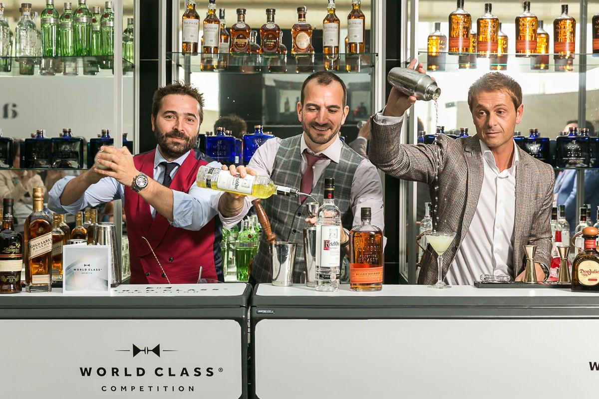 Borja Cortina recibe el premio al mejor bartender del año Mixology (X) Trends