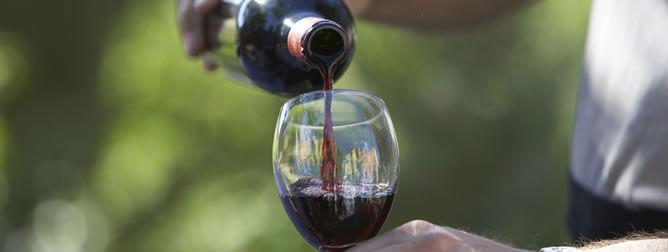 Consumir vino tinto puede prevenir ataques cardíacos