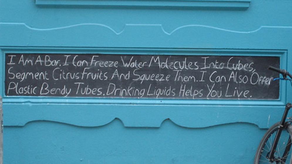 Soy un bar. Puedo transformar moléculas de agua en cubos, segmentar frutas cítricas y exprimirlas. También puedo ofrecer tubos de plástico. Beber líquidos te ayuda a vivir