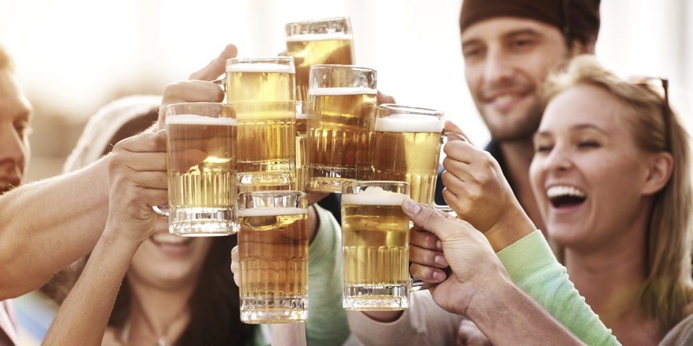 Los estudiantes que beben vino o cerveza siguen vidas más saludables