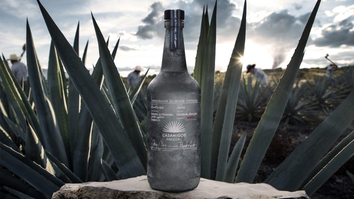 Tequila Casamigos extiende línea con el lanzamiento de Mezcal Casamigos