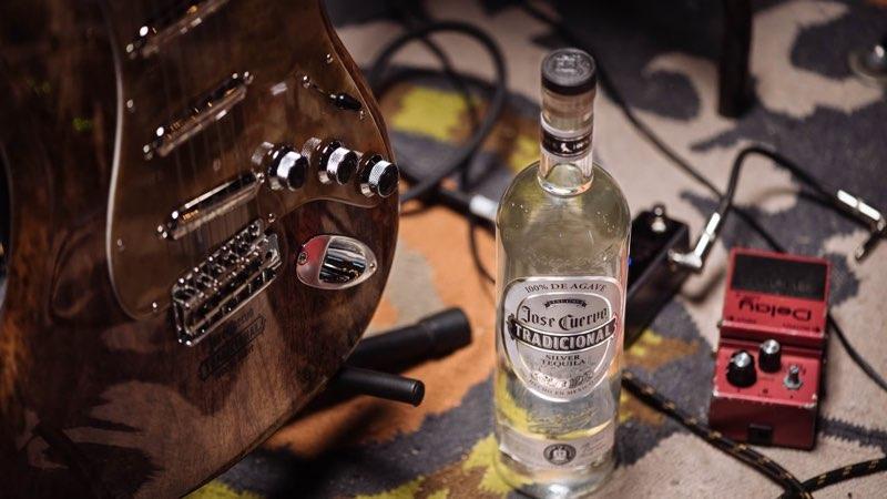 José Cuervo y Fender construyen la primera guitarra de agave del mundo