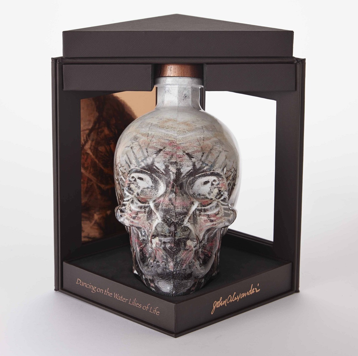 Crystal Head Vodka lanza el embotellado exclusivo de TR por John Alexander