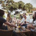 """La empresa sevillana """"Los Alcores de Carmona"""", encargada de la elaboración de las ginebras Puerto de Indias, acaba de hacer oficial el cierre de un acuerdo de distribución en toda la Península con Destilerías Arehucas. Esta última representa desde el pasado 2017 sus ginebras en las Islas Canarias."""