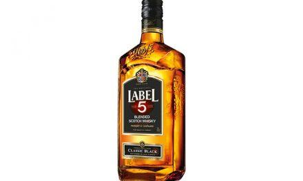 Label 5 'entra en una nueva era' con un diseño de botella renovado