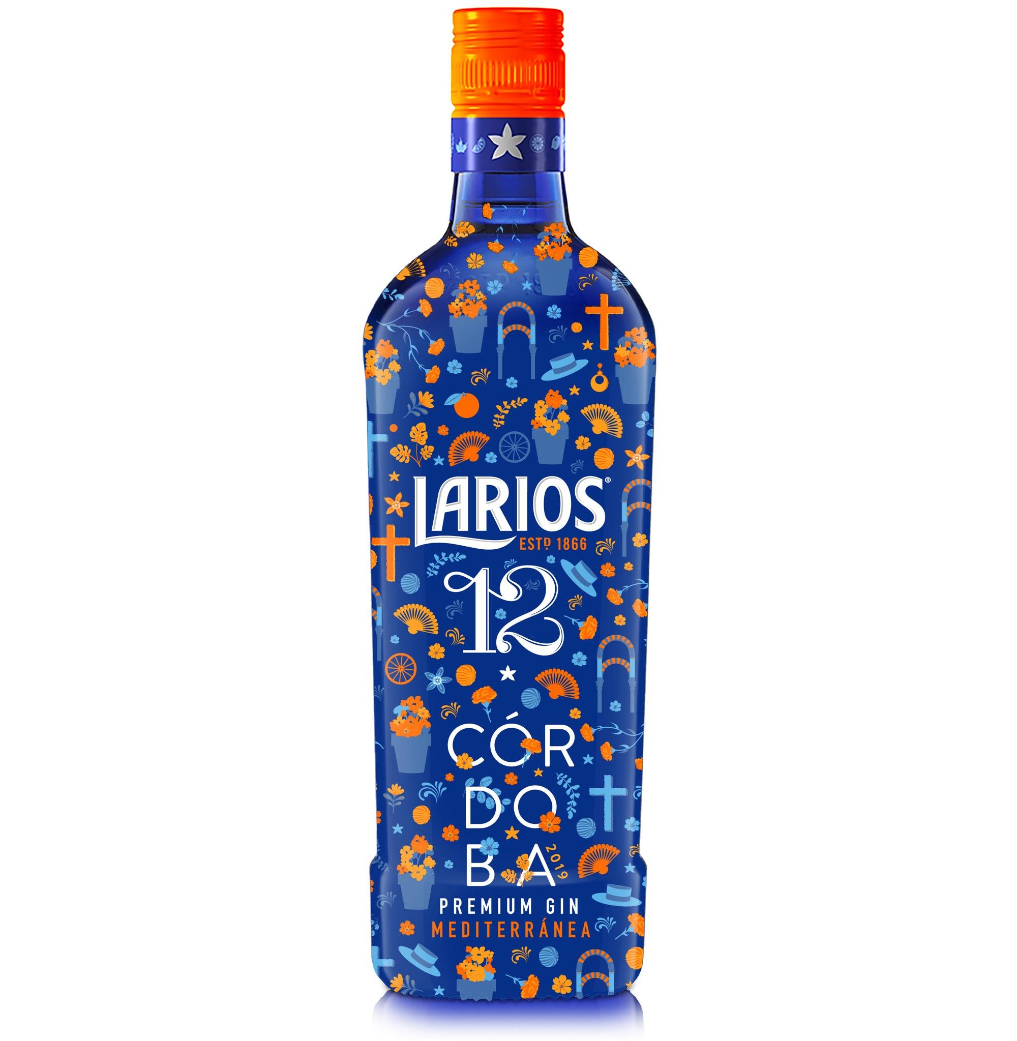 La esencia de la ciudad de Córdoba, sus fiestas y su gente protagonizan el nuevo diseño de Larios 12 para el mes de mayo. Una creación alegre y festiva que nos sumerge en el lifestyle mediterráneo y en la vida bien vivida. El aroma de las flores ya inunda la ciudad de Córdoba en su mes más destacado: el Mayo cordobés. Una fiesta alegre y llena de color en la que Larios se inspira para crear la nueva edición especial de su ginebra premium Larios 12. Los emblemáticos arcos de la Mezquita de Córdoba, las Cruces de mayo que reposan en las plazas o los geranios que adornan los patios andaluces salpican el estampado mediterráneo de esta edición tan especial. Una creación en tonos azules y naranjas que fusiona la iconografía de la ciudad de las tres culturas, la herencia mediterránea de la marca y los ingredientes de esta ginebra suave y delicada, como los cítricos y la flor de azahar. Los elementos festivos del Mayo Cordobés comparten protagonismo con otros símbolos del folclore andaluz como son los carros de caballos y los sombreros cordobeses. Pero, también, los pendientes y los abanicos que acompañan el traje de flamenca, complementos que llevan las cordobesas durante la Feria y que ahora también visten a nuestra botella. Un diseño desenfadado que evoca el Espíritu Mediterráneo de Larios y que comparte el estilo de vida de los andaluces. Un mes en el que disfrutar de los pequeños placeres, de reír y compartir momentos en buena compañía y, sobre todo, romper con la rutina del día a día. Por eso, Larios 12, con su distintivo toque a azahar, rinde homenaje al esplendor de esta fiesta y nos recuerda que sabemos vivir bien. La edición especial de Larios 12 para el Mayo Cordobés podrá adquirirse en los puntos de venta habituales de la provincia.