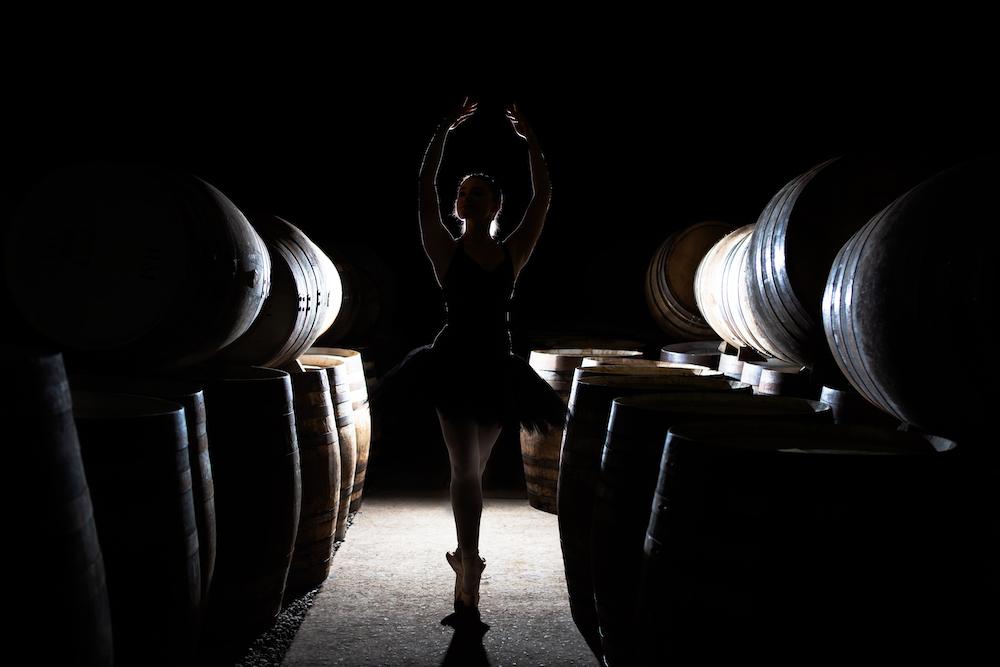 """Highland Park se ha asociado con el Scottish Ballet para conmemorar los 50 años de la compañía de danza nacional de Escocia con el lanzamiento de una nueva edición limitada de whisky escocés. La destilería de las Orcadas ha creado un whisky de edición limitada que se dice que tiene un sabor picante que """"refleja los apasionantes repertorios del Scottish Ballet""""."""