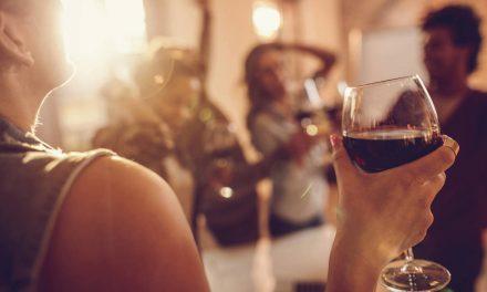 ¿Quieres vivir más de 90 años? Tendrías que beber una copa de vino al día, según la Universidad de Maastricht