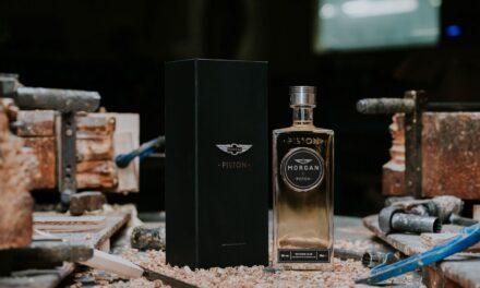 El fabricante de coches The Morgan Motor Company crea ginebra con el excedente de madera, Morgan x Piston Gin