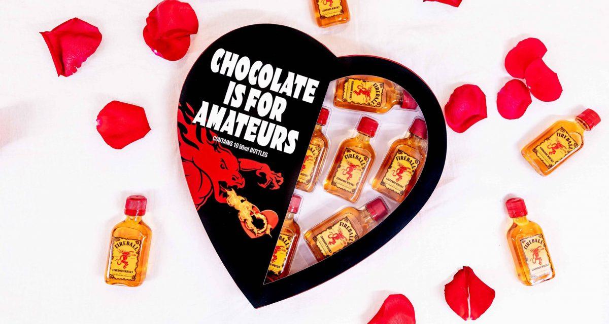 """Fireball lanza las cajas de San Valentín con forma de corazón """"El chocolate es para los aficionados"""", llenas de chupitos de whisky"""