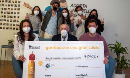 innocent dona más de 7.000 euros a la asociación española Adopta Un Abuelo con su iniciativa solidaria 'el gran gorrito'