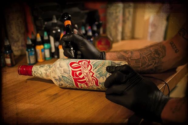 J&B y Le Sphinx tatúan botellas en una preciosa edición limitada