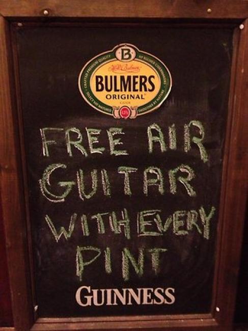 Una guitarra de aire gratis con cada pinta