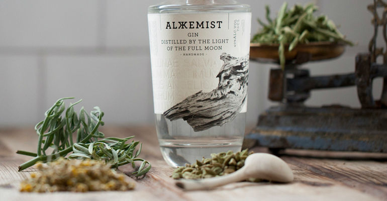 Alkkemist Gin, ginebra destilada a la luz de la luna